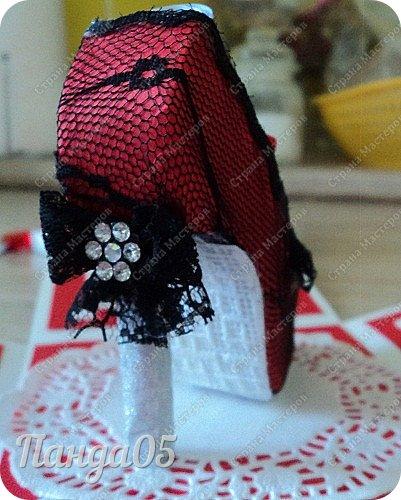 """Поступил мне заказ на очередную красную туфельку.приглянулись они почему то женщинам))) На этот раз Magic Box к тридцатилетнему юбилею невестки. Пожелание было одно - красный цвет...Но уже 2 красные я делала,неинтересно))) Решила добавить черного для разнообразия.Ведь сочетание белое-красное-черное это известная классика..Название коробочки дала по Стендалю - """"Красное и черное"""")) фото 11"""