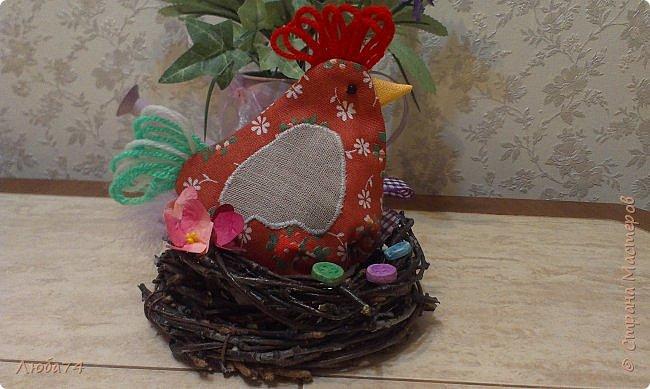 Добрый день жители Страны Мастеров! Приближается Великий праздник Святой Пасхи и для родных и близких я сделала сувениры по этому поводу. Крашенные яйца один из главных символов Пасхи, их приятно дарить родным и друзьям. И я решила оформить свой пасхальный подарок вот такой нарядный мешочек-курочка. А детям в таких мешочках можно дарить сладости.  фото 3