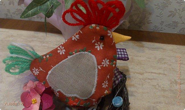 Добрый день жители Страны Мастеров! Приближается Великий праздник Святой Пасхи и для родных и близких я сделала сувениры по этому поводу. Крашенные яйца один из главных символов Пасхи, их приятно дарить родным и друзьям. И я решила оформить свой пасхальный подарок вот такой нарядный мешочек-курочка. А детям в таких мешочках можно дарить сладости.  фото 2