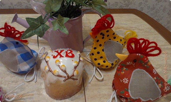 Добрый день жители Страны Мастеров! Приближается Великий праздник Святой Пасхи и для родных и близких я сделала сувениры по этому поводу. Крашенные яйца один из главных символов Пасхи, их приятно дарить родным и друзьям. И я решила оформить свой пасхальный подарок вот такой нарядный мешочек-курочка. А детям в таких мешочках можно дарить сладости.  фото 4