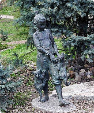 Всем доброге времени суток! Сегодня в Москву  вернулась ВЕСНА! А кроме того 24 апреля 23 года назад случилось рождение новой ячейки общества - НАША СЕМЬЯ! И такое событие мы решили отпраздновать походом в Аптекарский огород - место знаковое для меня, потому как я родилась недалеко, в Грохольском переулке, а в этом маленьком и жутко уютном парке мама меня выгуливала..... Сейчас в нем идет фестиваль весенних цветов! фото 21