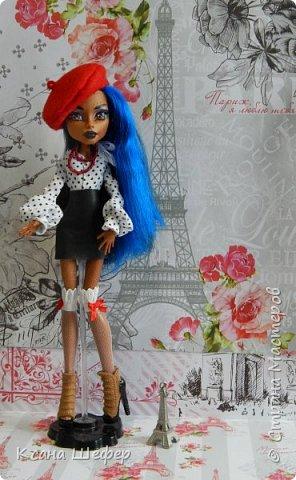 """Доброго времени суток. Совсем недавно у меня появилась новая модель Робекка. Милая и весёлая девчёнка. А так, как я сейчас болею вирусом аля """"хочу в Париж"""", то я сражу придумала образ для этой малышки. Образ француженки! Давайте начнём дефиле. фото 1"""