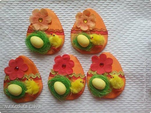 Вот такие магнитики у меня получились.Картон обклеила атласной лентой,цветы из ткани. Пенопластовые  яйца и цыплята покупные .Гнездо из сизаля.  фото 1