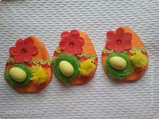 Вот такие магнитики у меня получились.Картон обклеила атласной лентой,цветы из ткани. Пенопластовые  яйца и цыплята покупные .Гнездо из сизаля.  фото 3