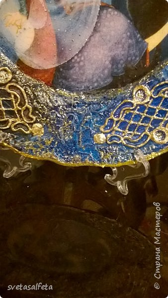 Моя последняя работа,можно сказать с пылу с жару. Прямой декупаж на тарелке.Тарелка фарфоровая. В центре декупажная карта.Контуром срисовала рисунок - вензелечки с окошечками. Потом обвела его другим контуром для рельефа ( у Марабу он называется рельефной пастой). Но прежде всего я тарелку закрасила белой грунтовкой-краской. фото 5
