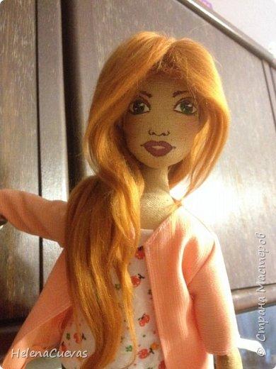 Куколка из очень жесткой ткани. Фактура грубовата, но зато хорошо держит форму.  фото 1