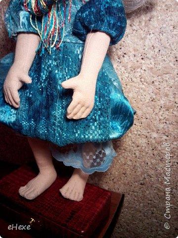 Многих детей пугают бабаем или бабайкой. Но не стоит забывать, что даже у самого злющего бабая могут быть прекрасные дети и внуки, а непослушные мальчики и девочки могут вырасти в ужасающих бабаек, которыми еще долгие годы будут устрашать детей.  Наша Бабайка – совершенно очаровательная девочка, которая проживает с семьёй на чердаке одного из старинных домов. Одежду и игрушки приходится выбирать из позабытых кем-то на чердаке вещей. А поскольку Бабайка самая младшая в семье, то из игрушек ей досталась только куколка-оберег. фото 6