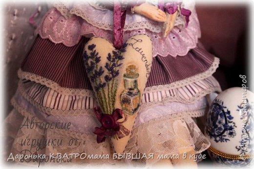ВПЕРВЫЕ РАСПИСАЛА ЛИЦО ТИЛЬДЕ!!!! Лавандовая барышня с ароматным лавандовым саше -ручная роспись акрилом и пастелью -волоски-отборные кудряшки английской овечки Тисвотер -ткани только натуральные -саше с ручной вышивкой и росписью, внутри крымская лаванда -куколка может сидеть и при желании ее можно подвесить за петельку на спинке! фото 5