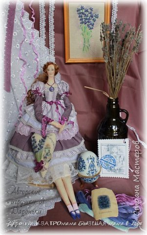 ВПЕРВЫЕ РАСПИСАЛА ЛИЦО ТИЛЬДЕ!!!! Лавандовая барышня с ароматным лавандовым саше -ручная роспись акрилом и пастелью -волоски-отборные кудряшки английской овечки Тисвотер -ткани только натуральные -саше с ручной вышивкой и росписью, внутри крымская лаванда -куколка может сидеть и при желании ее можно подвесить за петельку на спинке! фото 6