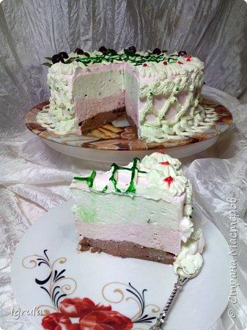 """Всем привет, кто заглянул.. Месяц был богат тортами для своих.. А свои уже мастики наелись так, что осваиваем крем потихоньку (бросайте в меня камни не сильно) Первый тортик был на день рождения свёкра.. Людей намечалось много... Вот и тортик такой... Не маленький Вес 9кг. Внутри """"тропиканка"""" (http://stranamasterov.ru/node/788418) фото 7"""
