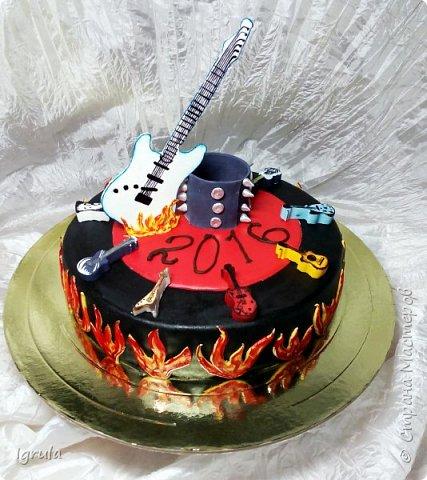 """Всем привет, кто заглянул.. Месяц был богат тортами для своих.. А свои уже мастики наелись так, что осваиваем крем потихоньку (бросайте в меня камни не сильно) Первый тортик был на день рождения свёкра.. Людей намечалось много... Вот и тортик такой... Не маленький Вес 9кг. Внутри """"тропиканка"""" (http://stranamasterov.ru/node/788418) фото 28"""