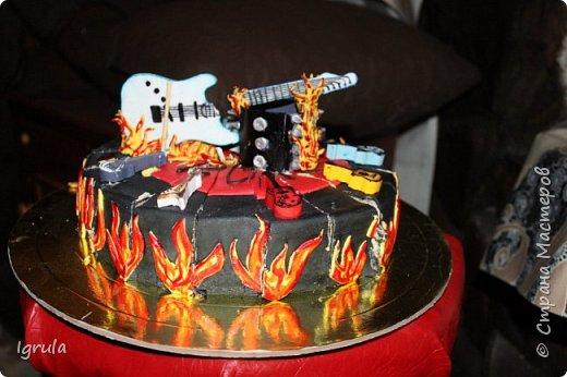 """Всем привет, кто заглянул.. Месяц был богат тортами для своих.. А свои уже мастики наелись так, что осваиваем крем потихоньку (бросайте в меня камни не сильно) Первый тортик был на день рождения свёкра.. Людей намечалось много... Вот и тортик такой... Не маленький Вес 9кг. Внутри """"тропиканка"""" (http://stranamasterov.ru/node/788418) фото 30"""