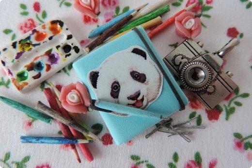Доброго времени суток)) Сегодня я хочу показать вам немного своей миниатюры и немножко похвастаться))   В миниатюре я создала скетчбук, ручку, карандаши, палитру и невидимки. Скетчбук сделан из бумаги и фоамирана, карандаши и ручка - из зубочисток, палитра - из полимерной глины. фото 1
