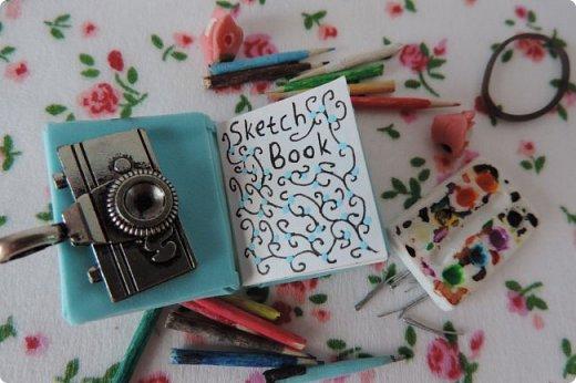 Доброго времени суток)) Сегодня я хочу показать вам немного своей миниатюры и немножко похвастаться))   В миниатюре я создала скетчбук, ручку, карандаши, палитру и невидимки. Скетчбук сделан из бумаги и фоамирана, карандаши и ручка - из зубочисток, палитра - из полимерной глины. фото 2