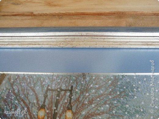 Обещала показать, как оформлю свою вышивку. Итак: деревянная, со сложным рельефом, рама, покрашенная в серо-голубой и серебряный цвет с эффектом кракелюра, более светлого оттенка серо-голубое, как зимние сумерки, паспарту и тонкий серебряный, словно тронутый временем, рельеф возле самой картины. Антибликовое стекло.  фото 3