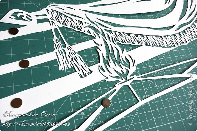 """Доброго времени суток, Страна!!! Забежала на минутку.... показать последние работы в технике вырезания... Накопилось))))  Сначала самую последнюю... дорисованную буквально несколько дней назад...  Изначально не планировала работать над темой Дня Победы... Думала сделать только дополнение к набору """"С Днём защитника""""  (о нём чуть ниже)))) - поменяв надпись """"23 февраля"""" на """"9 мая""""... Потом... потом просто попробовала отрисовать шаблон для вырезания памятника Неизвестному солдату... больше из любопытства: посмотреть, что получится))))...  Ажур знамени и пламя - """"зацепили"""", решила продолжить))))  Композицию дополнила орденом Великой Отечественной Войны, орденом Победы и праздничным салютом. Кстати говоря, каждый салют вырезается одной цельной деталью.... фото 4"""