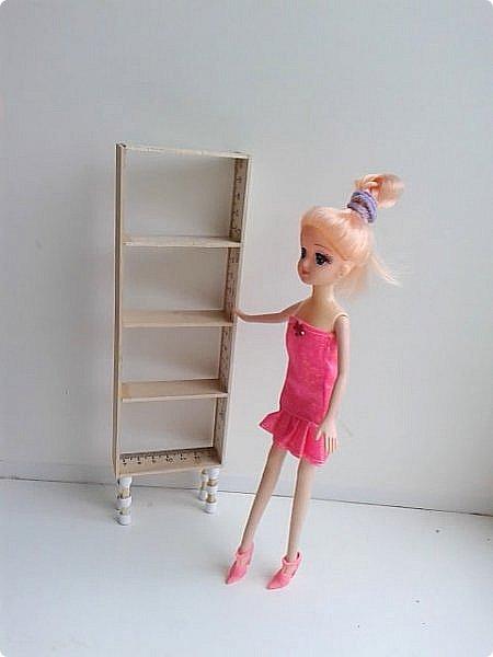 Решилась я таки на кукольный стеллаж для моего будущего румбокса. На что уж я недоверчиво относилась к линейкам и клею, но других вариантов не нашла, поскольку мебель нужна довольно-таки миниатюрная - кукла размером 23 см. У нее довольно хрупкий вид, а потому мебель из более толстой древесины выглядит слишком громоздко. Не буду описывать сам процесс, потому как я не первая кто делает мебель из линеек, просто несколько фото рабочего процесса. фото 3