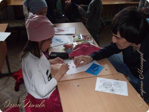 Цыплят мы рисовали тычком кисти, бумажными печатями и ватными палочками - детки рисовали 5-6 лет. Смотрите какие интересные работы получились. фото 13