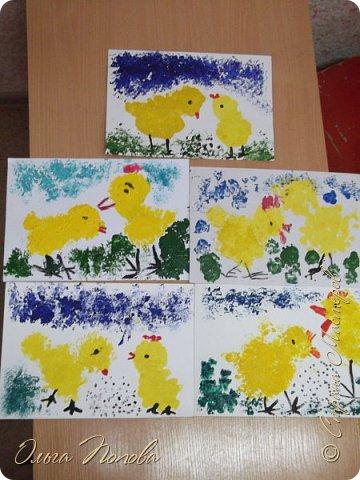 Цыплят мы рисовали тычком кисти, бумажными печатями и ватными палочками - детки рисовали 5-6 лет. Смотрите какие интересные работы получились. фото 1