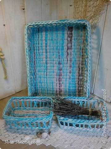 Подносы  и коробочки сплетены из чистой газетной бумаги.Трубочки покрашены водной морилкой.Готовое изделие покрываю акрилатной грунтовой+пва.И,завершающий слой лак на водной основе фото 11