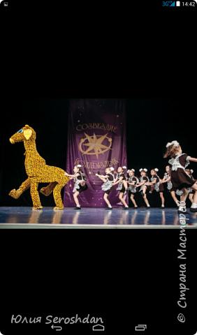 """Здравствуйте. У нас в городе есть Театр Танца """"ДОРОГА ИЗ ГОРОДА"""". Я даже затрудняюсь назвать число детей, которые посещают этот коллектив. В том числе и моя дочь. Вы даже представить себе не можете,  сколько  талантов скрыто в наших детях. Когда смотришь на них на сцене,  видишь, как горят их глазки, как они выкладываются на все 100 %, понимаешь, как много это значит для них. Почти всё своё свободное время они проводят на репетициях. Мы иногда шутим, что они там живут. Приходят домой уставшие и еле двигаются. Иногда дети выходят из репетиционного зала в слезах. А когда на носу концерты или фестиваль, они могут репетировать до позднего вечера.  Ноооо, наступает новый день и они снова бегут на танцы. Это не просто танцы, а очень и очень тяжелый труд.  Наши дети не слоняются по улицам, не смотрят сериалы, не зависают в компьютерах, а с малых лет привыкают к  «тяжёлому» (не побоюсь этого слова) труду.  Не одно мероприятие в городе не обходится без «ДОРОГИ ИЗ ГОРОДА».  А заслуга в этом безусловно  потрясающих педагогов, руководителей ТЕАТРА ТАНЦА,   Лилии Александровны и Айрата  Анваровича  Багаутдиновых  !!!!! Огромное Вам спасибо от всех, всех, всех родителей. Спасибо за то, что верите в наших детей, за то, что вкладываете в них всю свою душу. Хочется пожелать Вам дальнейшего процветания и многочисленных побед. 20 лет -  это только НАЧАЛО!!!!!!!!!!!!! Учитель танцев – это не работа; Это призванье, это путь к мечте! Не зря по нашим лицам струйки пота Прокладывают тропку к красоте – Мы с каждым днем в уменье прибавляем, Оттачиваем точность в каждом па; Ну, а сегодня мы Вас поздравляем! Спасибо Вам – ведь мы нашли себя!  фото 25"""