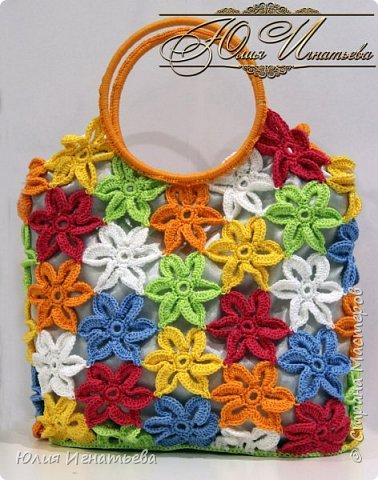 Обожаю вязать разные сумки! Это моя очередная летняя сумочка из цветочных мотивов, связана крючком.