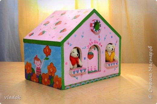 Легкий, раскладывающийся, переносной кукольный домик для игры. Мебель: стол и два кресла. Внутри дома: книжная полка, лестница и чердак. фото 2