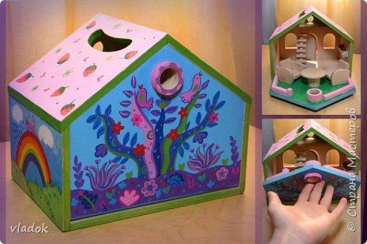 Легкий, раскладывающийся, переносной кукольный домик для игры. Мебель: стол и два кресла. Внутри дома: книжная полка, лестница и чердак. фото 1