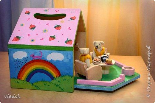 Легкий, раскладывающийся, переносной кукольный домик для игры. Мебель: стол и два кресла. Внутри дома: книжная полка, лестница и чердак. фото 3