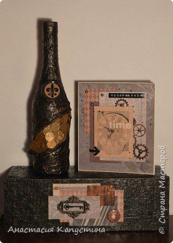 """Бутылка и коробка обклеены с помощью салфеток и покрашены акриловой краской. Монеток по 10 копеек ушло 32 штуки. Также для декора использованы замок (молния), металлическая рамочки и ключик, топы """"часики"""", граненые камушки  фото 1"""