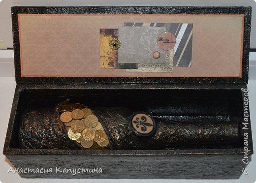 """Бутылка и коробка обклеены с помощью салфеток и покрашены акриловой краской. Монеток по 10 копеек ушло 32 штуки. Также для декора использованы замок (молния), металлическая рамочки и ключик, топы """"часики"""", граненые камушки  фото 2"""