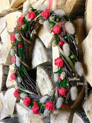 Очень люблю веночки на дверь!!! Мне кажется, что они создают уют в доме и придают изюминку в интерьер! Решила сделать веночек из берёзовых веточек, украсила розочками из фоамирана, сухоцветами, натуральным мхом, искусственными ягодами и бусинами разного цвета!:-) фото 2