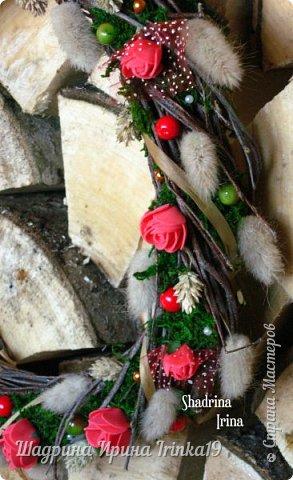 Очень люблю веночки на дверь!!! Мне кажется, что они создают уют в доме и придают изюминку в интерьер! Решила сделать веночек из берёзовых веточек, украсила розочками из фоамирана, сухоцветами, натуральным мхом, искусственными ягодами и бусинами разного цвета!:-) фото 4