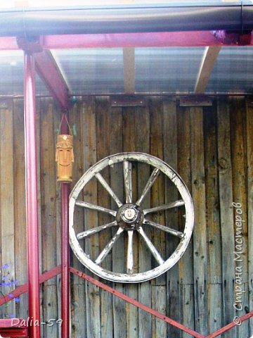 Здравствуйте,жители страны! Задекорировала колесо от старой телеги,висело на террасе,вид потеряло.Долго думала в каком стиле сделать,ничего лучше не придумала.Покрасила ,сделала декупаж и потертости. фото 6