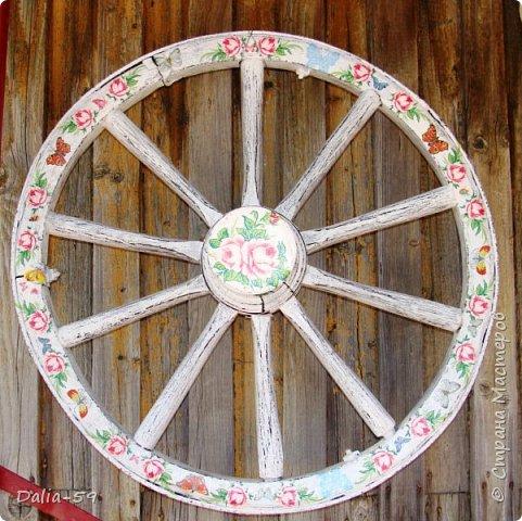 Здравствуйте,жители страны! Задекорировала колесо от старой телеги,висело на террасе,вид потеряло.Долго думала в каком стиле сделать,ничего лучше не придумала.Покрасила ,сделала декупаж и потертости. фото 1