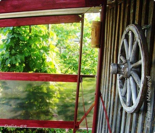Здравствуйте,жители страны! Задекорировала колесо от старой телеги,висело на террасе,вид потеряло.Долго думала в каком стиле сделать,ничего лучше не придумала.Покрасила ,сделала декупаж и потертости. фото 7
