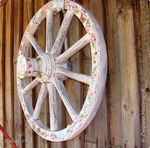 Здравствуйте,жители страны! Задекорировала колесо от старой телеги,висело на террасе,вид потеряло.Долго думала в каком стиле сделать,ничего лучше не придумала.Покрасила ,сделала декупаж и потертости. фото 2