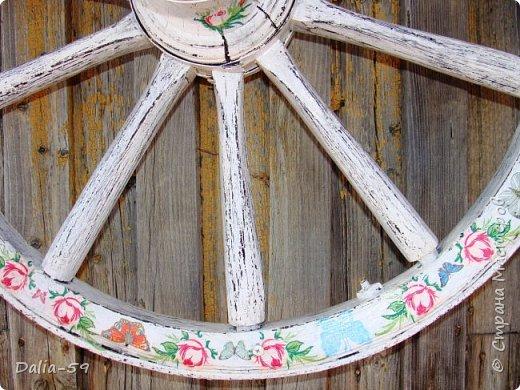 Здравствуйте,жители страны! Задекорировала колесо от старой телеги,висело на террасе,вид потеряло.Долго думала в каком стиле сделать,ничего лучше не придумала.Покрасила ,сделала декупаж и потертости. фото 3