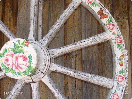 Здравствуйте,жители страны! Задекорировала колесо от старой телеги,висело на террасе,вид потеряло.Долго думала в каком стиле сделать,ничего лучше не придумала.Покрасила ,сделала декупаж и потертости. фото 4