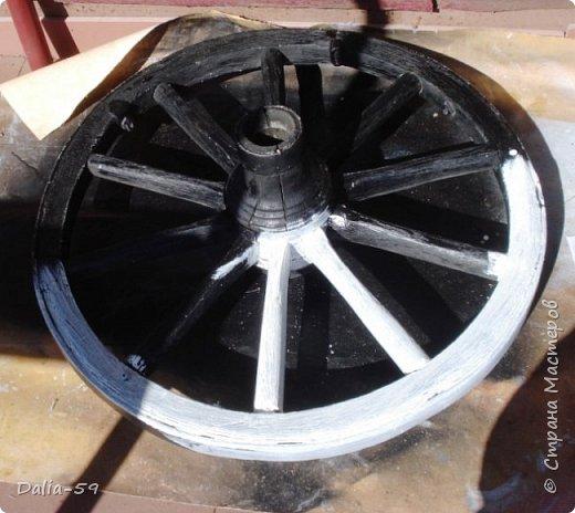 Здравствуйте,жители страны! Задекорировала колесо от старой телеги,висело на террасе,вид потеряло.Долго думала в каком стиле сделать,ничего лучше не придумала.Покрасила ,сделала декупаж и потертости. фото 5