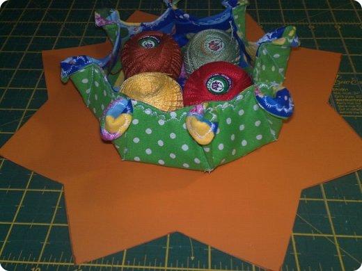 Вот такое мальчуковое одеялко сшилось в подарок, родился у моей подруги долгожданный первый внучок, вообще самый первый, единственный. Горохи рулят!!! И квадраты с рисунками мне очень нравятся, и ткань отличная! фото 14