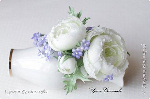 """Представляю вашему вниманию ободок """" Нежность"""". На ободке 3 цветка ранункулюса ,они украшены мелкими цветами. Ранункулюс и он же лютик — цветок языческого бога Древней Руси — Перуна, покровителя русского воинства.  Существует такая легенда:  «Дочь одного купца, богатого, но жадного, очень хотела замуж. Отец отказался выдать ее за любимого, парня справного, но бедного. В приступе отчаяния девушка раскидала отцовские золотые монеты, они проросли и превратились в лютики».  Существует даже поверье, что тот кто найдет лютик – тому он принесет богатство. Некоторые люди даже специально сажают в саду у себя лютики, дабы богатство пришло.  Ранункулюсы бывают самых разных цветов. Белые представители этой цветочной семьи являются проявлением желания завоевать. При использовании цветов в букете невесты, их смысл немного смягчается – здесь они символизируют взаимность, гармонию двух людей, вступающих в брак. Белый цвет сам по себе означает чистоту, невинность, искренность.  фото 2"""