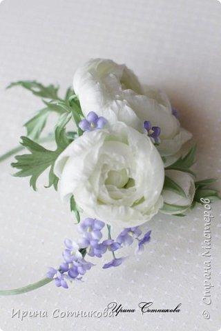 """Представляю вашему вниманию ободок """" Нежность"""". На ободке 3 цветка ранункулюса ,они украшены мелкими цветами. Ранункулюс и он же лютик — цветок языческого бога Древней Руси — Перуна, покровителя русского воинства.  Существует такая легенда:  «Дочь одного купца, богатого, но жадного, очень хотела замуж. Отец отказался выдать ее за любимого, парня справного, но бедного. В приступе отчаяния девушка раскидала отцовские золотые монеты, они проросли и превратились в лютики».  Существует даже поверье, что тот кто найдет лютик – тому он принесет богатство. Некоторые люди даже специально сажают в саду у себя лютики, дабы богатство пришло.  Ранункулюсы бывают самых разных цветов. Белые представители этой цветочной семьи являются проявлением желания завоевать. При использовании цветов в букете невесты, их смысл немного смягчается – здесь они символизируют взаимность, гармонию двух людей, вступающих в брак. Белый цвет сам по себе означает чистоту, невинность, искренность.  фото 6"""