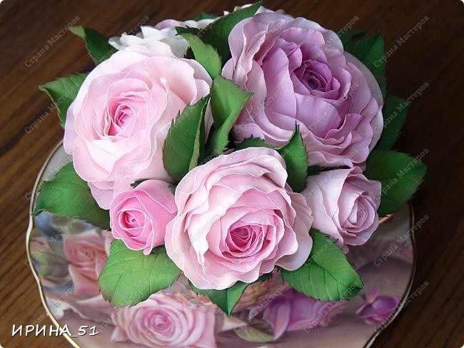 Здравствуйте! Рада Вас видеть у себя в гостях!  Композиция в чашечке выполнена в подарок, с благодарностью от меня, одному хорошему человеку. И уже сегодня вечером она будет подарена.  Розы выполнены из зефирного фома, листья из иранского фома.  Приглашаю к просмотру.