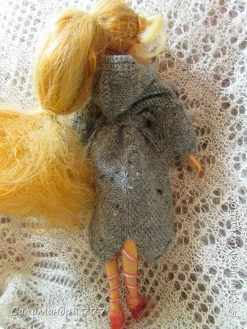 Позвольте представить Вам некоторые наряды для Флоры!!! Платьице выполнено спицами их нежной пряжи. Реглан сверху. Украшение - пряжа травка. фото 7