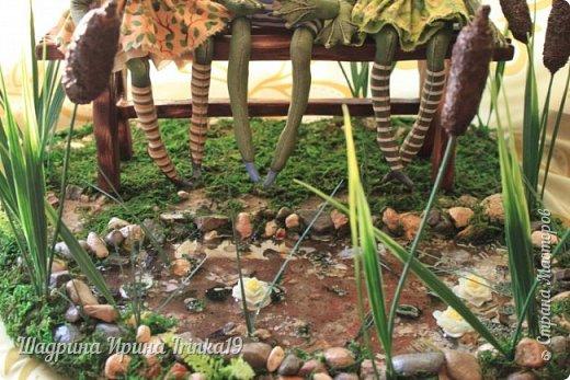 Здравствуйте, дорогие друзья! Недавно поступил мне заказал, сделать лавочку с прудиком (и желательно, чтобы лавочка стояла в камышах) для трёх лягушек:-)  Начала думать, что из чего делать! Камыши сделала из мха, имитацию воды из эпоксидной смолы, лавочка деревянная, лилии из холодного фарфора:-)  Композиция не миниатюрного размера 40х38см:-)   фото 9