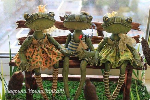 Здравствуйте, дорогие друзья! Недавно поступил мне заказал, сделать лавочку с прудиком (и желательно, чтобы лавочка стояла в камышах) для трёх лягушек:-)  Начала думать, что из чего делать! Камыши сделала из мха, имитацию воды из эпоксидной смолы, лавочка деревянная, лилии из холодного фарфора:-)  Композиция не миниатюрного размера 40х38см:-)   фото 7