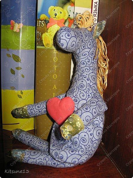 """Доброе утро жители Страны. Для племяшки, которая обожает лошадей, пошила ангела-хранителя Лошадь.  Использовала готовый набор для создания текстильной куклы """"Пегас"""" фирмы """"Перловка"""". Грива, хвост украшены бубенчиками, в руке ангел держит подкову - на счастье.  Рост - 29.5 см фото 7"""