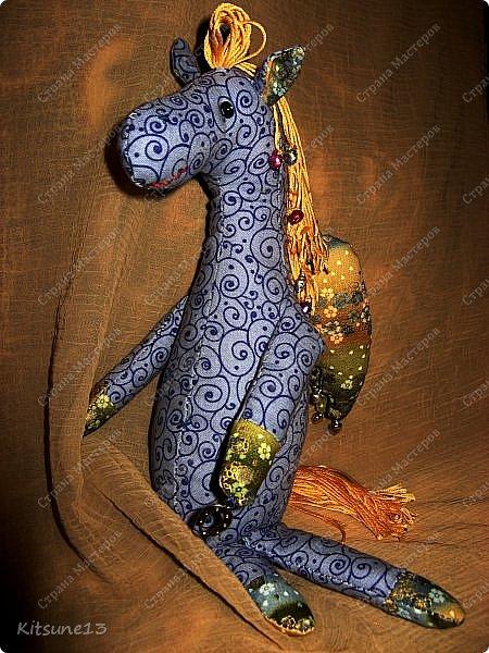 """Доброе утро жители Страны. Для племяшки, которая обожает лошадей, пошила ангела-хранителя Лошадь.  Использовала готовый набор для создания текстильной куклы """"Пегас"""" фирмы """"Перловка"""". Грива, хвост украшены бубенчиками, в руке ангел держит подкову - на счастье.  Рост - 29.5 см фото 9"""