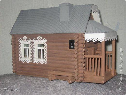 Дом сделан из бумажных трубочек. Размер домика вместе с крылечком 30 на 17. Включается свет выключателем. фото 1